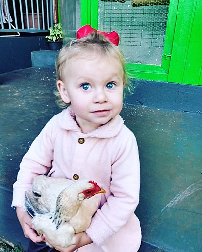 Manu com a sua galinha Xuxa.