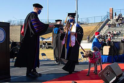 A cachorrinha se formou junto com a sua dona.