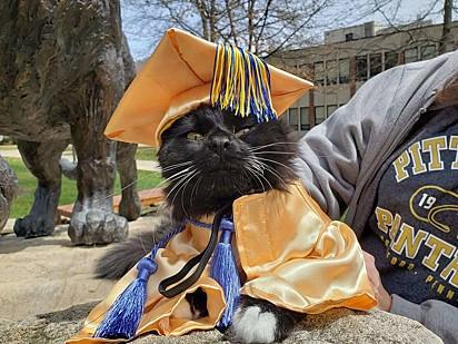 Salem vestido à caráter para a formatura.