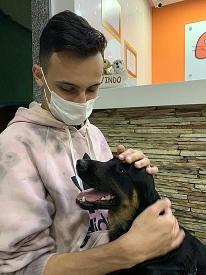 Pedro com o cachorrinho Cleber.