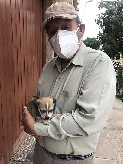 O avô de Andrea Hijar com a cachorrinha Princesa.