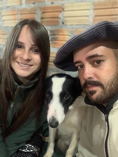 O casal Janaina Ferreira Beck e Victor Oberto com o Amigo.