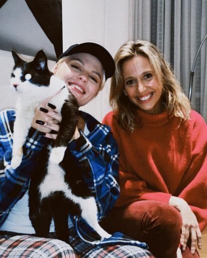 Luísa Sonza segurando a gatinha. Ao seu lado está Luisa Mell.