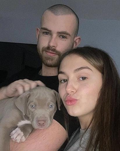O casal Caitlin Maley e David Waters com o filhotinho.