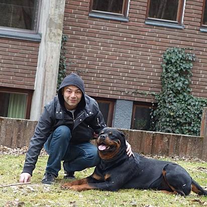 Dan McPierson com o seu cachorro Nato.