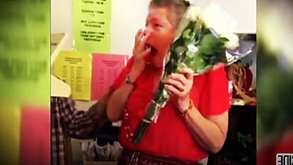 Professora entristecida por ter perdido gato de 16 anos é surpreendida por alunos.