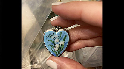 A mulher ficou surpresa com o que encontrou dentro do medalhão de sua madrasta.
