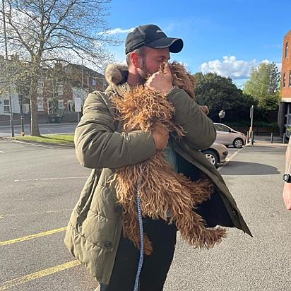Lewis Fathers feliz por ter encontrado a sua cachorrinha.