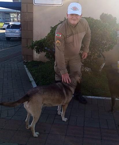 O cachorro Piá e o cabo José Flauzir Mendes.