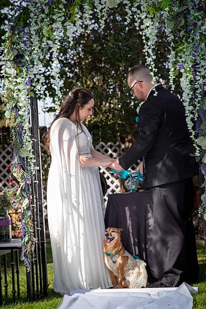 Riley permaneceu ao lado do casal durante toda a cerimônia.