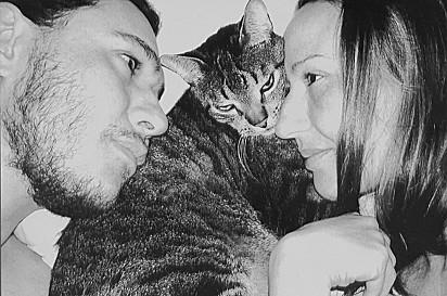 Chorão ao lado de sua esposa Grazi e do gato Ollie.