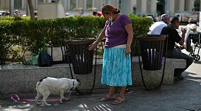 Irma Vázquez com a sua cadelinha.