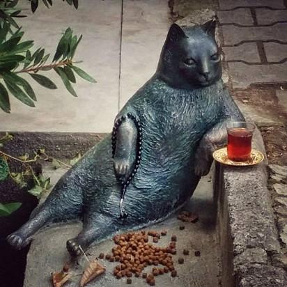 Estátua que a população solicitou em homenagem a gatinha.