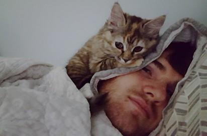 Gracie, adora se aconchegar no pescoço de Keith.