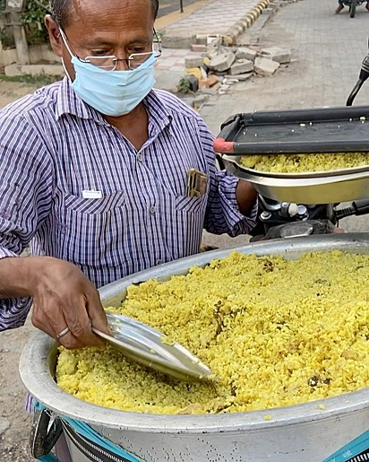 Ranjeet Nath, 59 anos, alimenta os cães há onze anos.