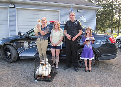 Cindy presenteou os policiais com um bolo pela atenção que deram aos patinhos.