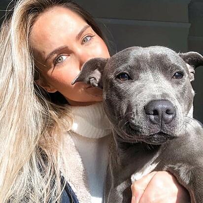 Sarah Lawther com a sua cachorrinha.