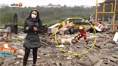 Cachorro e bombeiro brincam enquanto acontecia uma reportagem ao vivo na Guadalajara, no México.