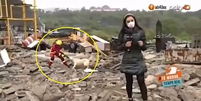 Bombeiro e cachorro disputam pano durante transmissão ao vivo.
