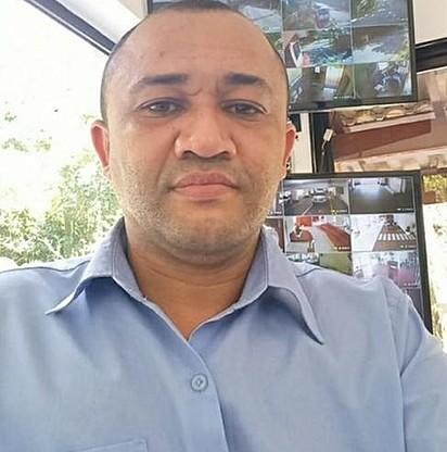 Cláudio José Santana Claudino, o porteiro que encontrou o cachorro.
