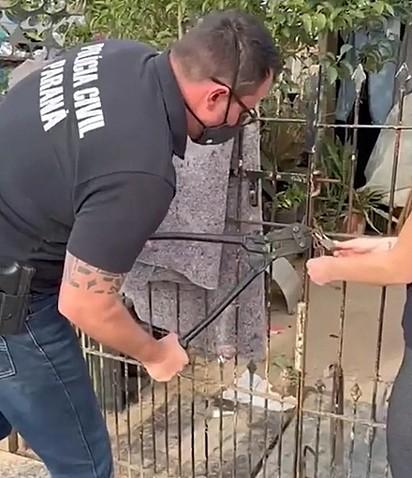 O delegado arrombou o portão para poder entrar na casa e resgatar os peludinhos.