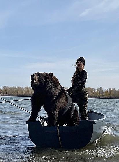 O urso soube controlar muito bem a vontade de pular e caçar comida no lago.