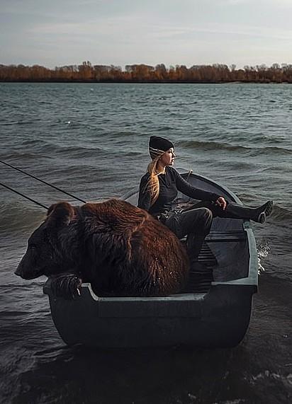 Ambos sentados pescando.