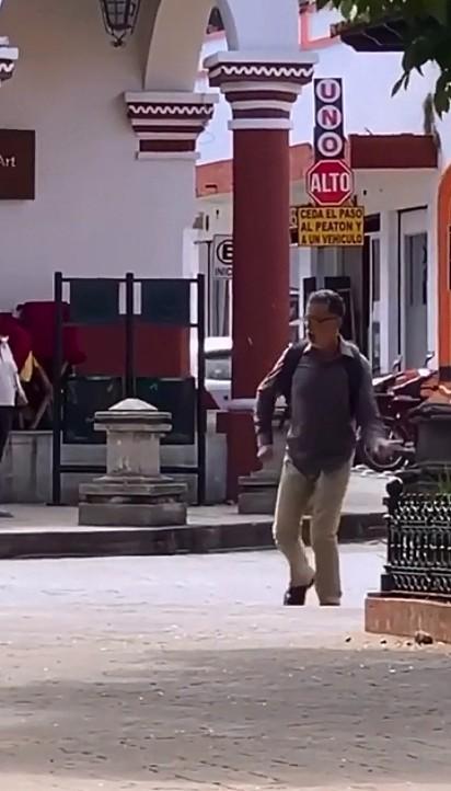 Homem para motivar seu cão que teve sequela por conta da cinomose, dança alegremente pelas ruas da sua cidade.