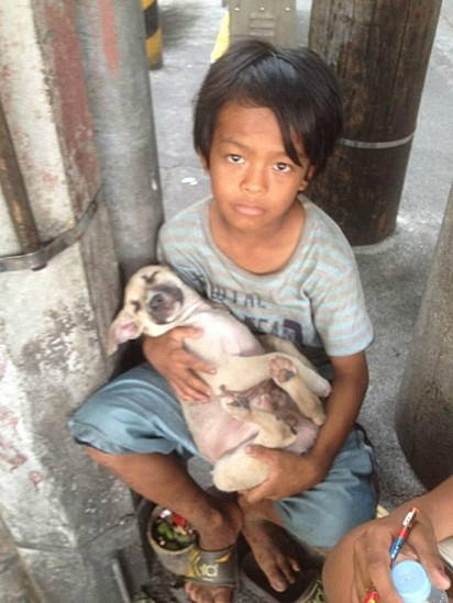 Rommel Quemenales com o seu cachorro Badgi.