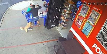 O homem atacou as mulheres e imediatamente o cão correu para salvá-las.