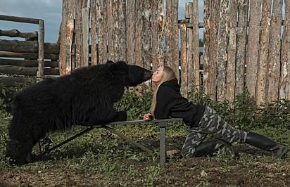 A jovem ama o seu bichinho de estimação.
