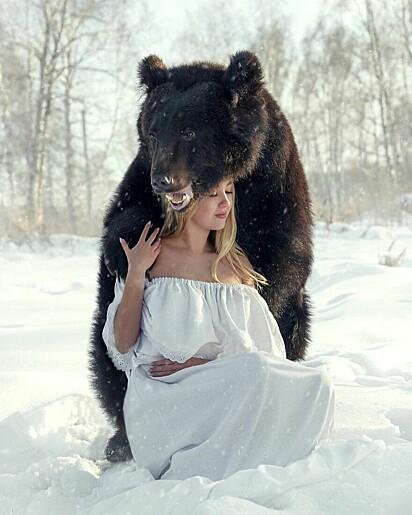 O urso Archie e a jovem Veronika Dichka.