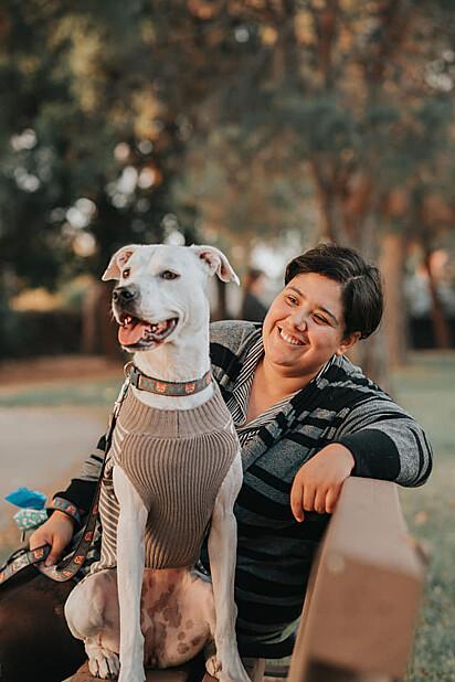 A cachorrinha Roxy com a sua tutora Makani Hasse.