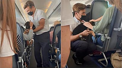 Comissário de bordo acalma passageiros com a presença de um filhote de pastor alemão.