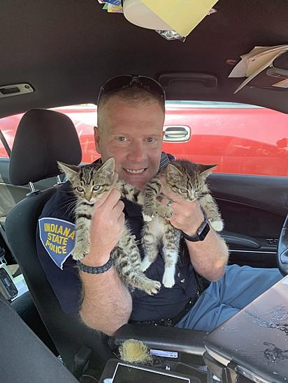 O sargento Stephen Wheeles com os resgatados.