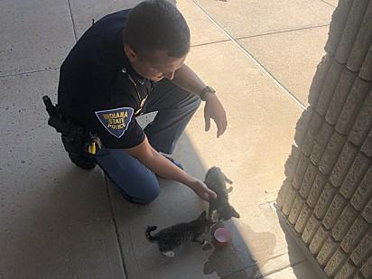 O policial ofereceu-lhes água para se refrescarem.