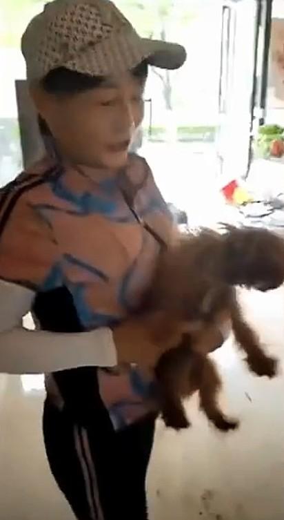 O cachorrinho com a sua tutora.