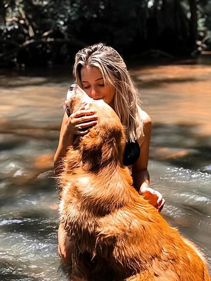 Lara Jacob com o seu cachorrinho.