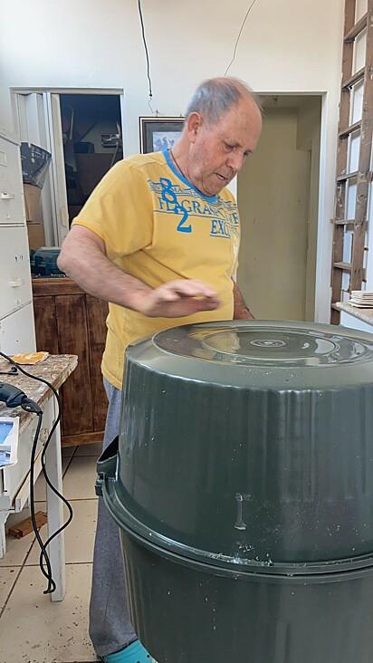O tio da jovem tem ajudado a produzir as moradias.