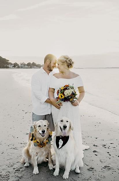 Margarida e Duque maiores portadores de anel / florista / padrinho e melhores cães de todos os tempos! Melhor dia da minha vida!, comentou a internauta.
