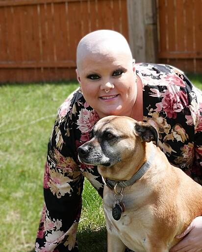 A americana MacAllister Carver com a cachorrinha Jazzy.