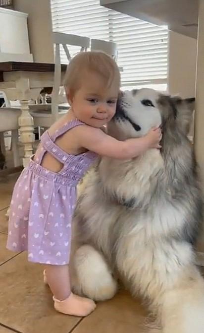 Ella adora o seu cachorrinho Thor.