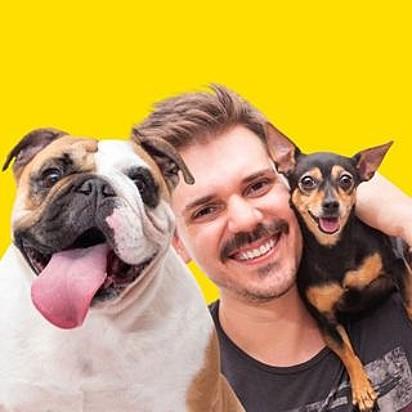 Leo Bagarolo, com as suas cachorras Mada, da raça buldogue inglês, e Bica, da raça pinscher.