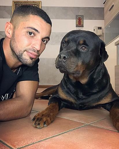Ghazi com o seu cão Axel.