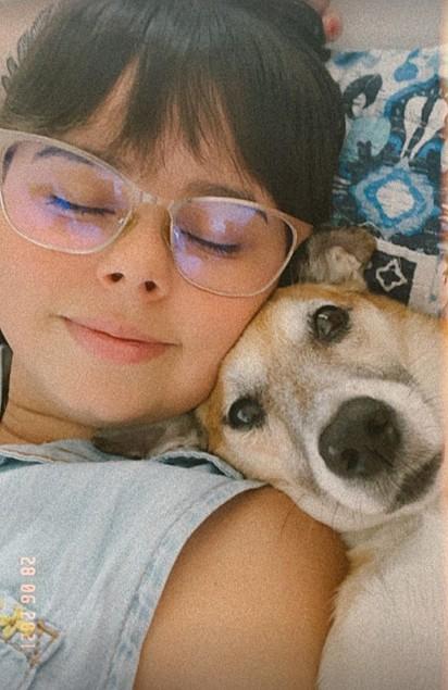 Ana Beatriz Queiroz com a cachorrinha Yuno.