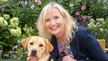 A apresentadora meteorológica, Carol Kirkwood com a cachorrinha Flash.