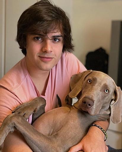 Pedro com a sua cachorrinha Martina.