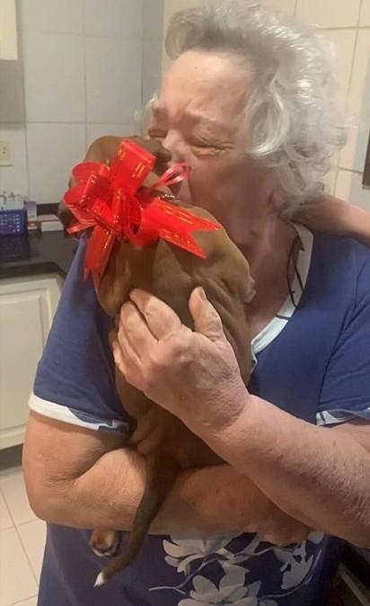 A avó Fátima chora de felicidade ao abraçar Kira.