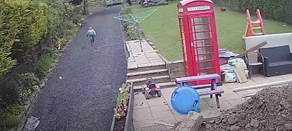 A criança ao perceber a situação logo tratou de sair correndo.