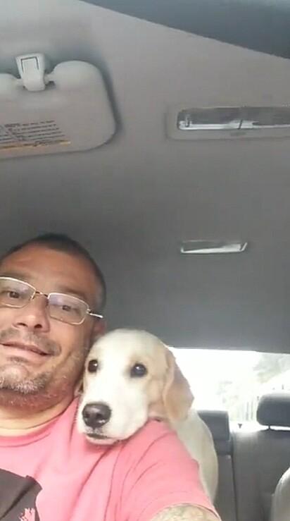 O pai de Luisa com um dos seus passageiros.